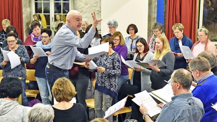 Dirigent Armin Bachmann probt seit November mit dem Ad hoc-Chor Wolfwil.