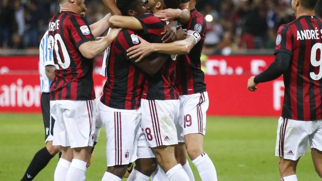 Hier feiern die Milanisti Ricardo Rodriguez als erfolgreichen Penaltytorschützen