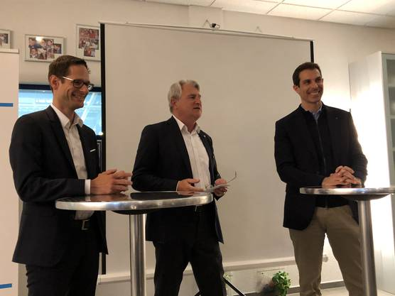 Grossrat Silvan Hilfiker, Nationalratskandidat (links) und Nationalrat Thierry Burkart, Ständeratskandidat (rechts), moderiert durch Kaspar Loeb (Mitte)