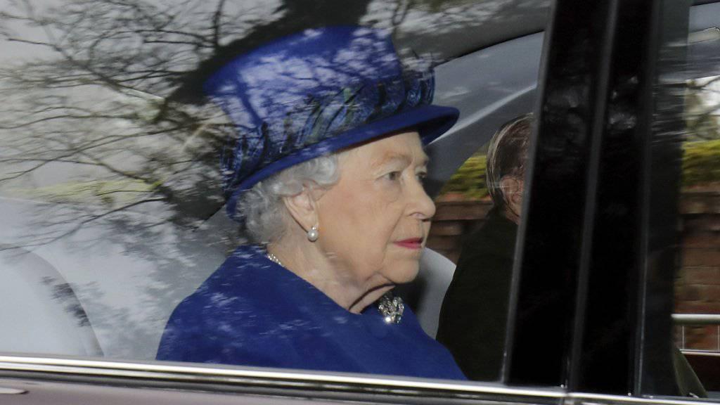 Sie hat sich wieder von ihrer Erkältung erholt: Queen Elizabeth mit ihrem Mann Prinz Philipp auf dem Weg zum Sonntagsgottesdienst.