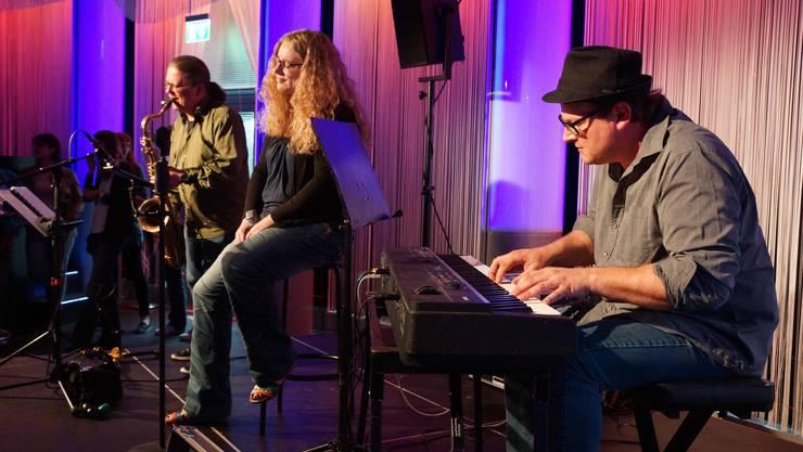 Rissen das Publikum mit - Sandra Rippstein und Band - wetterbedingt im Club Joy statt draussen.