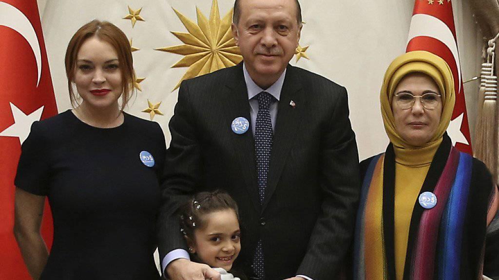 Der türkische Präsident Recep Tayyip Erdogan und seine Frau Emine (l.) empfangen das syrische Mädchen Bana und US-Schauspielerin Lindsay Lohan im Präsidentenpalast in Ankara.