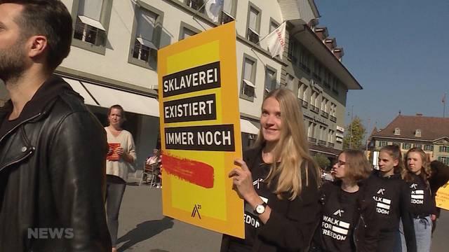 Walk of Freedom: 200 wortlose Demonstranten im Kampf gegen Sklaverei