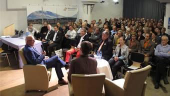 Gästeandrang zu den «Erfolgssignalen» am Mittwochabend im Schützenkeller in Rheinfelden.