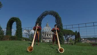 Zum heutigen Schweizer Nationalfeiertag überbringt die Päpstliche Schweizergarde musikalische Glückwünsche aus dem Vatikan in Rom.