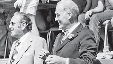 Bundesrat Rudolf Gnägi (rechts) ist 1974 zu Besuch in Gippingen.