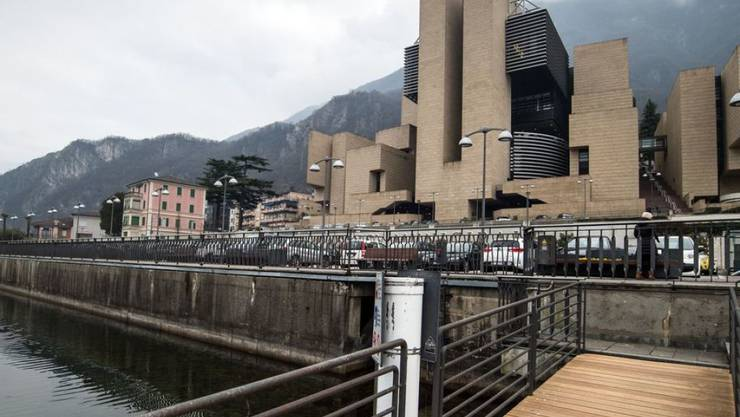 Das von Mario Botta geplante Casino dominiert das Dorfbild in Campione d'Italia. Nun steht es vor dem Aus. (Archivbild)