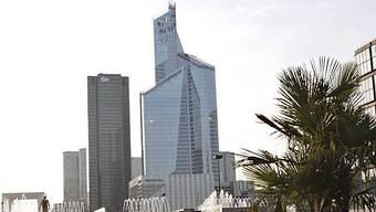 """Das Hochhaus """"First"""" steht im Pariser Viertel La Défense und misst 231 Meter"""