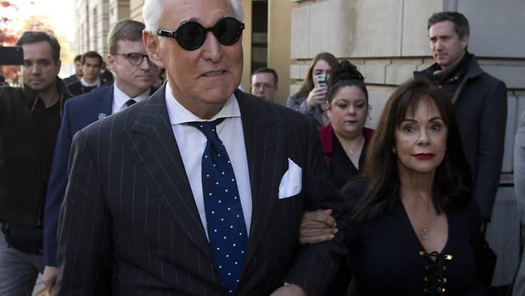 Roger Stone (links) - hier mit seiner Ehefrau Nydia Stone - soll laut Staatsanwaltschaft sieben bis neun Jahre ins Gefängnis. (Archivbild)