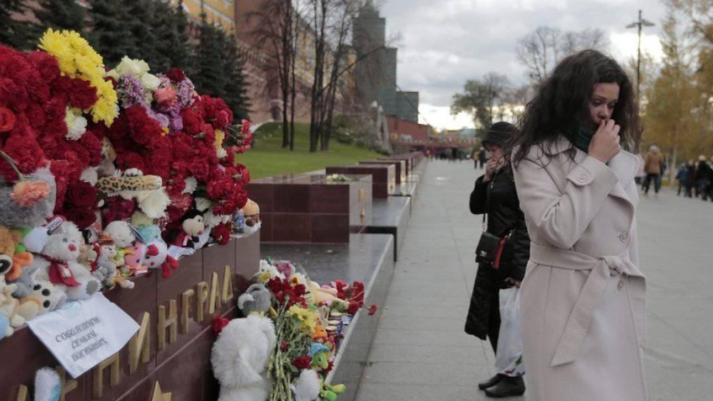 Trauer in Moskau nach dem Absturz des russischen Passagierflugzeugs vom Typ Airbus A321 vom Samstag mit 224 Toten.