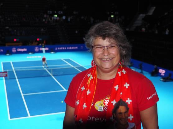 Doris Löffel hat gut lachen: Im Hintergrund wärmt sich ihr Idol auf.