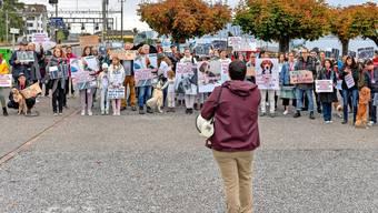 Die Parolen schrieben die Kundgebungsteilnehmer auf Schilder, statt sie zu rufen. Foto: Manuela Matt (Wädenswil, 18. Oktober 2019)