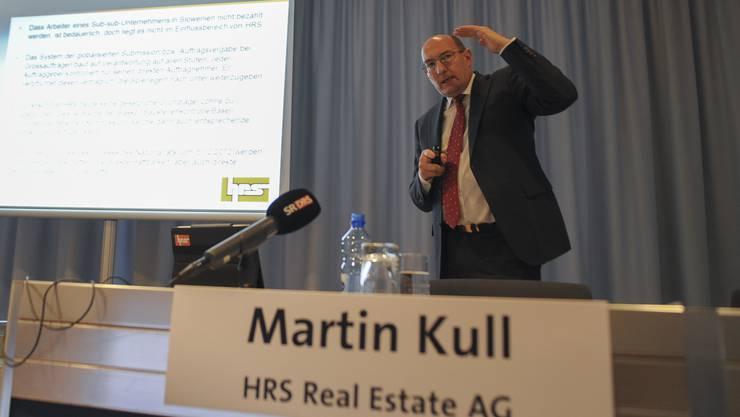 In Bedrängnis: Martin Kull, Chef der HRS Real Estate AG, windet sich an der Pressekonferenz im Kongresszentrum Basel zu den Lohndumpingvorwürfen auf der Messebaustelle.