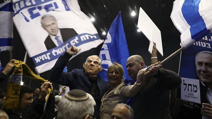 Anhänger Benjamin Netanjahus feiern den Wahlerfolg der Likud-Partei bei der Parlamentswahl in Israel. (Foto: Oded Balilty/ AP Keystone-SDA)