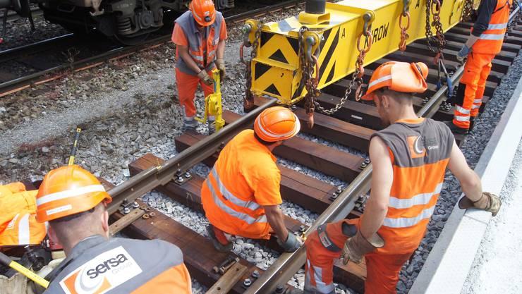 Schienenverlegen auf Gleis1 beim Bahnhof Dietikon