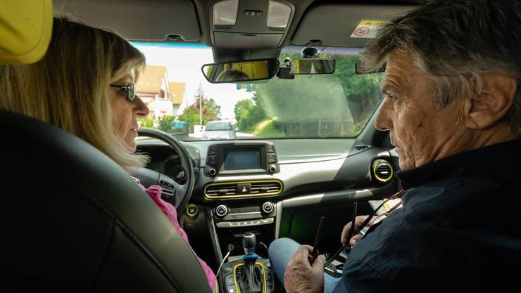 Erstmals seit 15 Jahren fährt Monica Hohl wieder Auto. Fahrlehrer Robert Jetter hilft ihr, wieder sicherer zu werden.