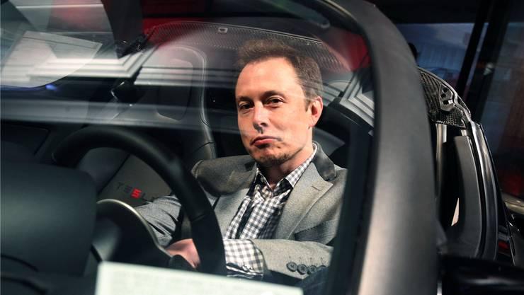 Elon Musk, Chef von Tesla Motors, in einem Elektroauto: Signal für eine Zeitenwende in den Industrien für Maschinen, Elektronik und Metallverarbeitung.
