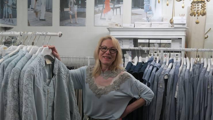 Natürlich gefärbte Kleider: Ursula Bucher in ihrem Laden in Bergdietikon. LYL