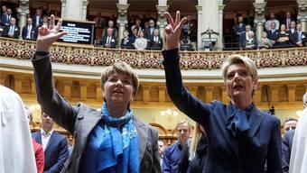 Mussten im Nachgang über ihren Schwur lachen, weil sie ihn gleichzeitig aussprachen: Die neuen Bundesrätinnen Viola Amherd und Karin Keller-Sutter. Yoshiko Kusano/Freshfocus
