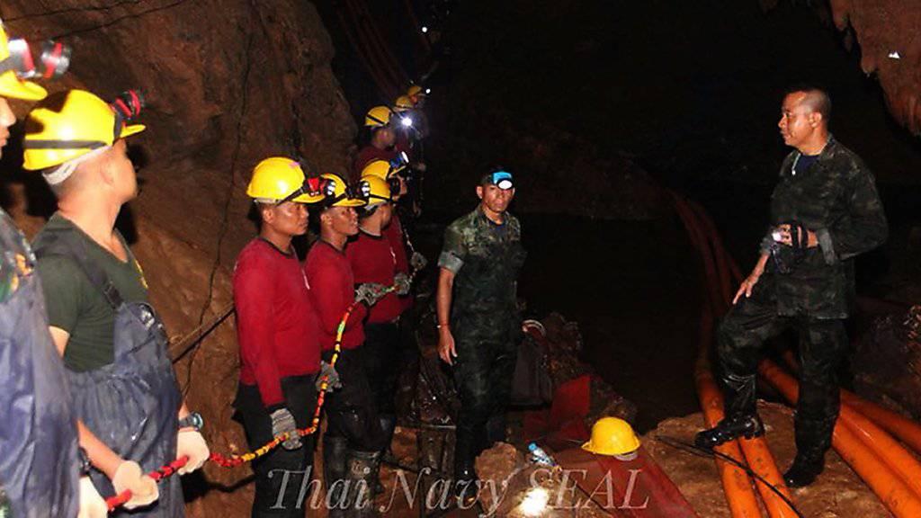 Bei der Rettungsaktion für die in einer Höhle in Thailand eingeschlossenen Jugendlichen ist am Freitag ein ehemaliger Angehöriger einer militärischen Spezialeinheit ums Leben gekommen. In der Höhle soll eine Sauerstoffleitung verlegt werden, damit die Gruppe mehr Luft zum Atmen erhält.