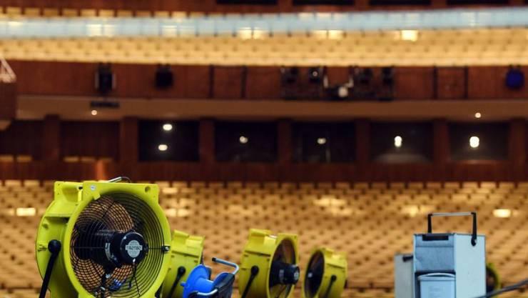 Gebläse auf der Bühne der Deutschen Oper Berlin. Nach einem Wasserschaden durch eine kaputte Sprinkleranlage ist die Bühne soweit getrocknet, dass der Betrieb am Donnerstag in reduziertem Mass wieder aufgenommen werden kann.