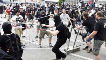 In Wien kommt es bei einem Marsch von Rechtsextremen zu Krawallen mit Verletzten.