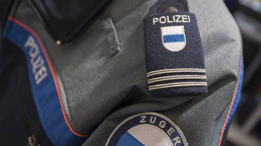 Die Zuger Polizei hat einen Mann festgenommen, der drei Velofahrer angegriffen hat. (Symbolbild)