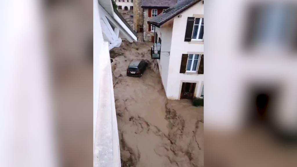 Starke Gewitter im Kanton Neuenburg: Hier überflutet ein Bach ein ganzes Dorf!