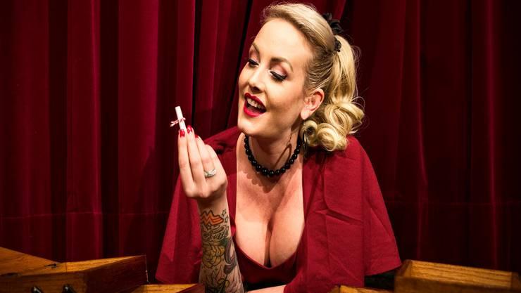 Heisser Flirt: Das Nähkästchen, hier auf der Bühne des Häbse Theaters, wird von Zoe Scarlett bezirzt. Sie hat den Begriff «Fans» gezogen.