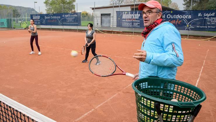 René Guerra trainiert hier die Juniorinnen des TC Kleinbasel auf dem Rankhof. Er bezweifelt, dass zukünftige Tennisstars aus Basel kommen könnten.