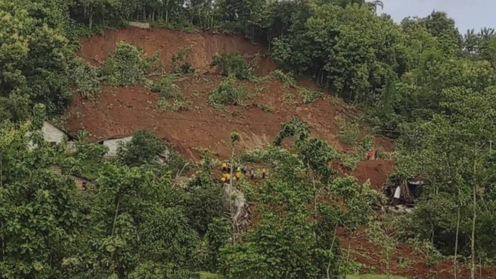 HANDOUT - Rettungskräfte suchen nach Überlebenden nach einem Erdrutsch in Ost-Java. Sintflutartige Regenfälle lösten verursachten den Erdrutsch auf der Hauptinsel Indonesiens. Foto: Uncredited/National Search and Rescue Agency/AP/dpa