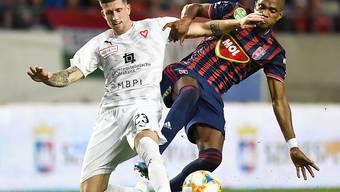 Sandro Wieser (links) gewinnt einen Zweikampf gegen Loïc Négo