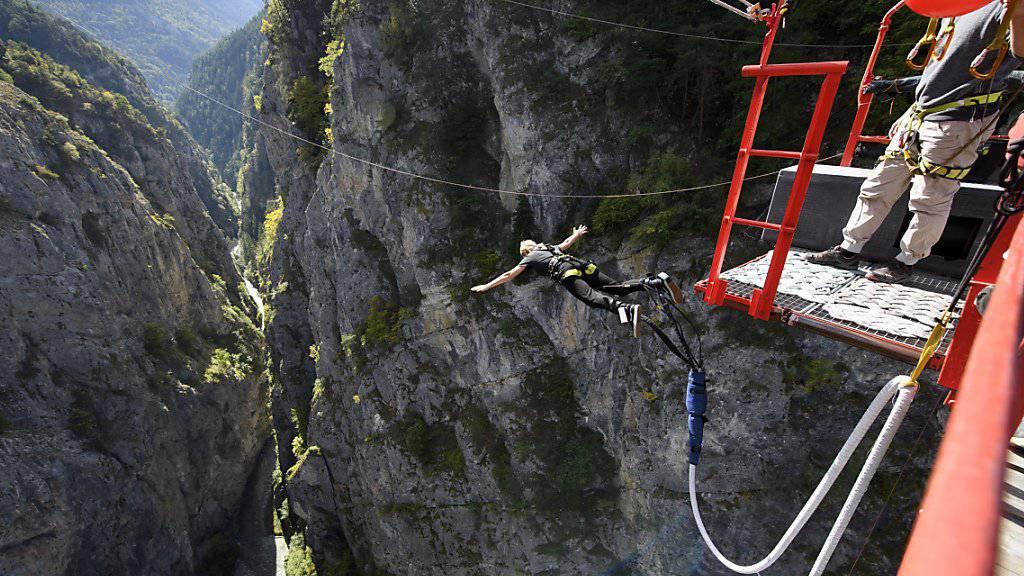 Für manche eine Mutprobe, für andere Leichtsinn: Eine Bungee-Jumperin springt von der Hängebrücke bei Niouc im Walliser Val d'Anniviers. (Archivbild)