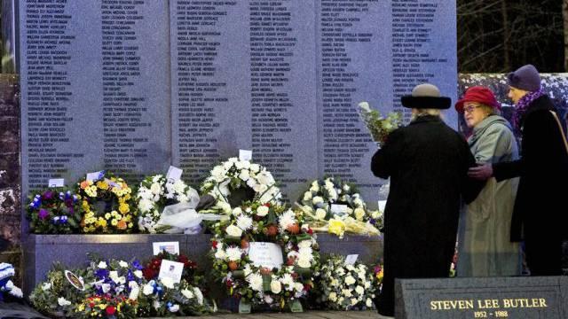 Eine trauernde Mutter mit Blumen vor dem Denkmal in Lockerbie.