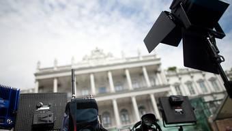 Die Spannung steigt: Grosses Gedränge unter Medienschaffenden vor dem Palais Coburg in Wien, wo die Verhandlungen zu einem erfolgreichen Abschluss geführt werden sollen