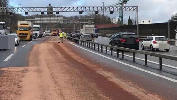 Die A1 bei Neuenhof war am Freitagmittag auf einer Länge von 350 Metern von einem Ölfilm überzogen. Die Reinigungsarbeiten dauerten lange und verursachten einen grossen Rückstau.