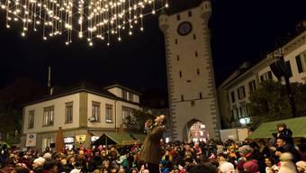 Märchenerzähler Jürg Steigmeier bestaunt zusammen mit der Badener Bevölkerung die Weihnachtsbeleuchtung. Fotos: Alex Spichale