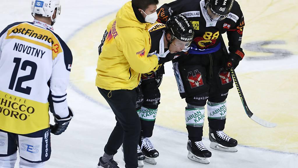 Gregory Sciaroni wird im Spiel gegen Ambri-Piotta verletzt vom Eis gebracht
