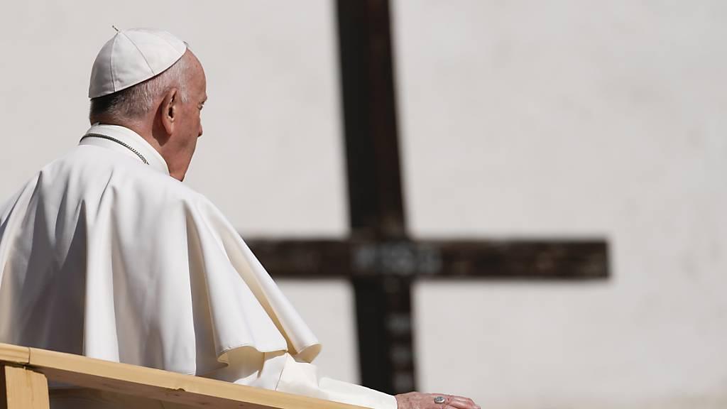 Papst besucht Roma in slowakischer Plattenbausiedlung