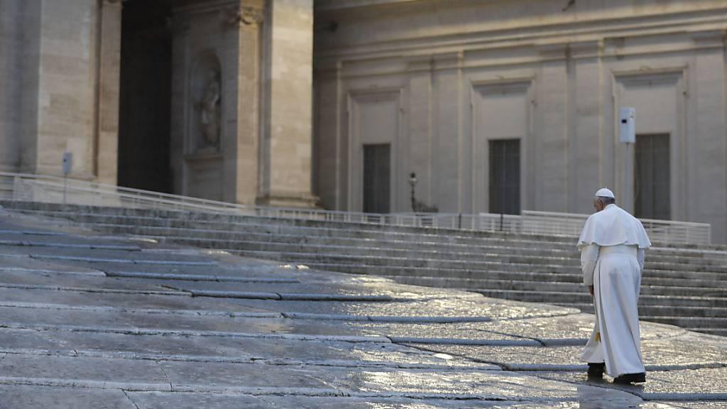 ARCHIV - Ab dem 4. November will Papst Franziskus seine wöchentliche Audienz per Livestream aus der Bibliothek des Apostolischen Palastes übertragen. Foto: Yara Nardi/REUTERS/AP/dpa
