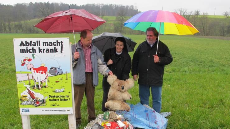 Gerhard Baumann, Priorin Irene und Peter Trombik vor dem Müllberg, der sich regelmässig auf dem Gelände des Klosters ansammelt.