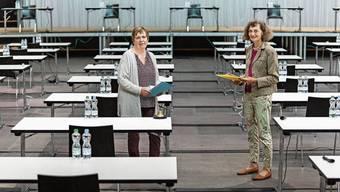 Ratspräsidentin Edith Saner (rechts) und Ratssekretärin Rahel Ommerli im vorläufigen Grossratssaal in der Umwelt Arena.