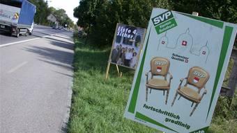 Wahlplakate am Strassenrand.