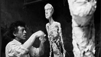 Alberto Giacometti an der Arbeit am Homme qui marche (Schreitender Mann) für den Platz vor der Chase-Manhattan-Bank.Stiftung Ernst Scheidegger-Archiv, Zürich