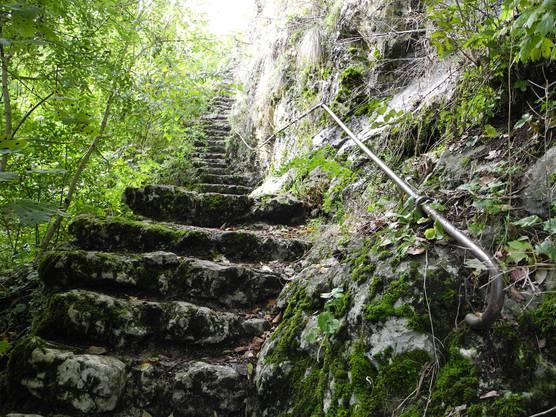 Eine steinige, in den Fels gemeiselte Treppe
