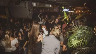Niemand steht an der Bar, alle sind am Tanzen. Die «Loca» Party im LWB.