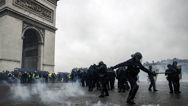 In Paris kam es am Samstagnachmittag zu Auseinandersetzungen zwischen Polizei und Demonstranten, wie hier am Arc de Triomphe.