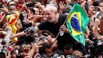 Brasiliens Ex-Präsident Lula da Silva ist einen Tag nach seiner Freilassung von Anhängern als Held gefeiert worden.