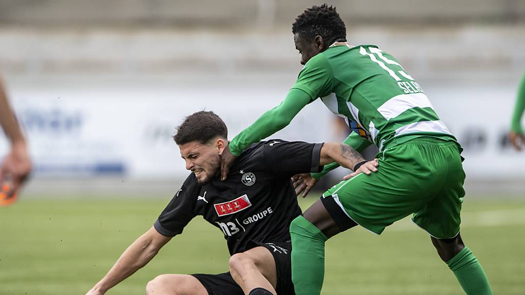 Der Servettien Kastriot Imeri (links) gegen den Krienser  von Servette im Spiel gegen Ransford Selasi