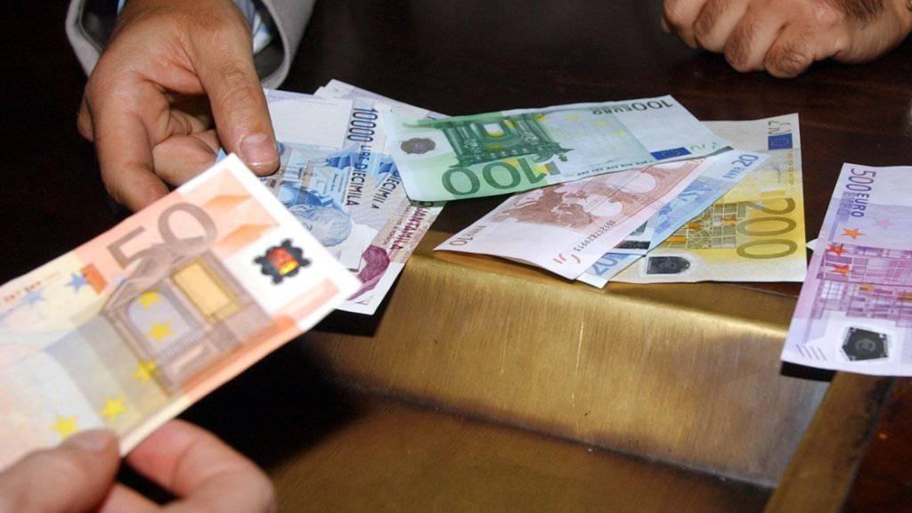 Umtausch von Lire in Euro im Dezember 2001: Eine Frau darf auch nach Ablauf der Umtauschfrist mehrere Millionen Lire umtauschen. (Archivbild)